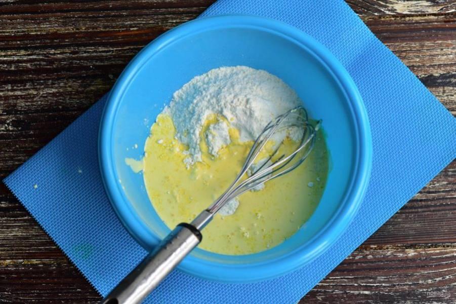 Влейте растопленное сливочное масло.