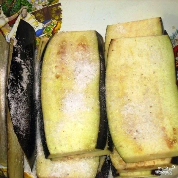 Нарезанные пластины необходимо щедро засолить и оставить на полчаса, чтобы из баклажана вышла присущая ему горечь.