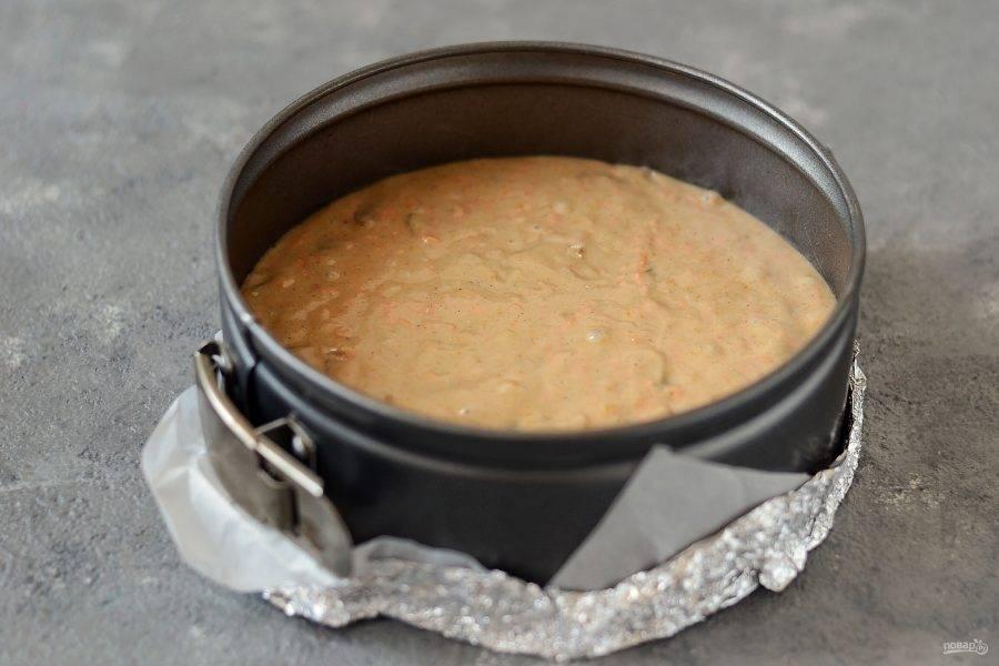 Выложите тесто в форму для выпечки. Выпекайте в заранее разогретой до 180 градусов духовке 40-50 минут.