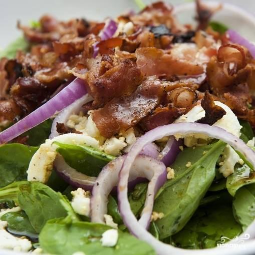 10. Перемешайте и подавайте! Салат со шпинатом и беконом готов! Приятного аппетита!