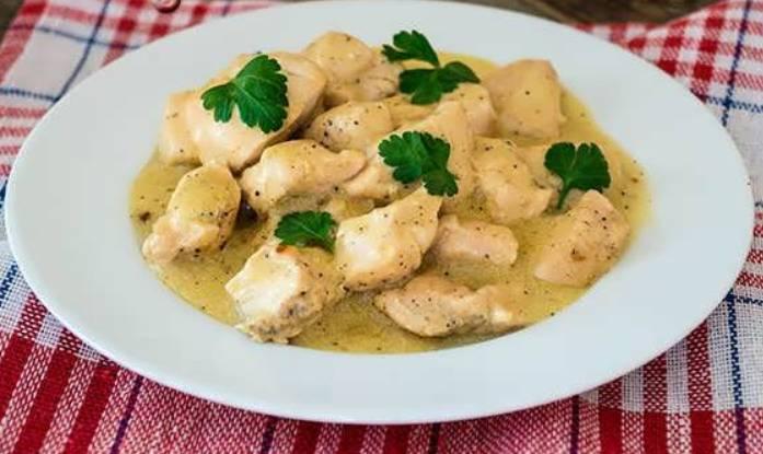 Тушим мясо в сметанном соусе на медленном огне. Примерно 25 минут. Готовое куриное мясо подается к столу с гарниром и свежей зеленью. Приятного аппетита!