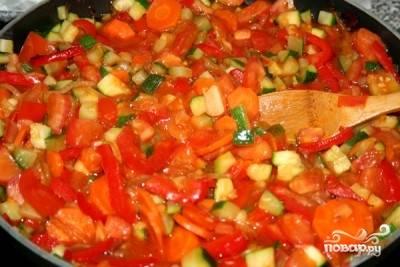 Тушим овощное ассорти буквально несколько минут, солим и перчим. Если в нем мало сока - можно добавить немного воды.