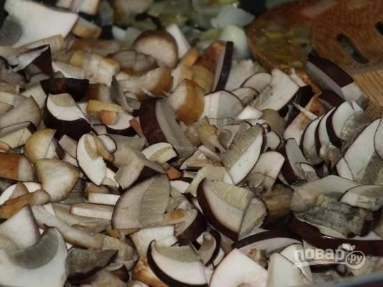 Затем нарезаем грибы на небольшие кусочки.