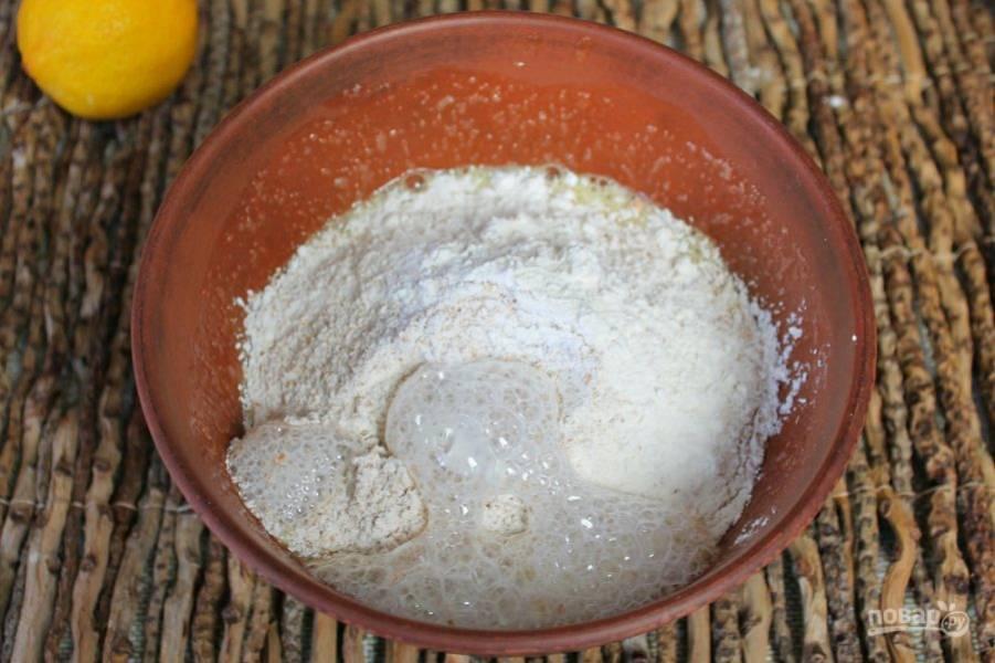 Добавляем соду и гасим ее соком лимона или уксусом.