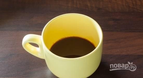 Сварите эспрессо из воды и кофе. Раздробите сахар с лавандой. Всыпьте смесь в кофе.