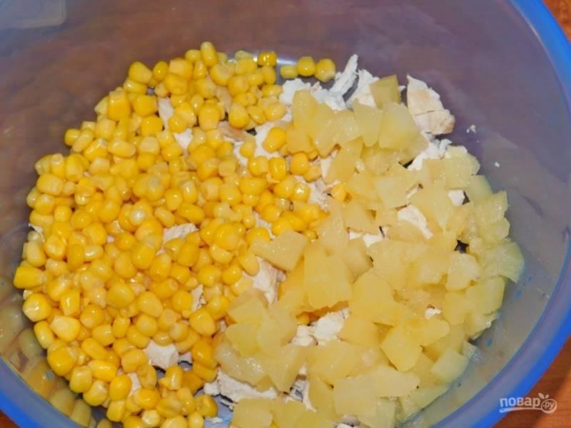 Добавьте кукурузу и нарезанные ананасы.