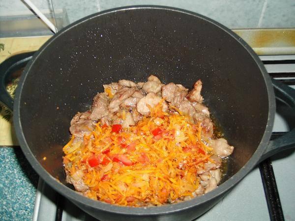 4. Обжаренные овощи переложить к мясу. Посолить и поперчить по вкусу, при желании добавить любимые специи. Влить немного воды и тушить на среднем огне минут 15.