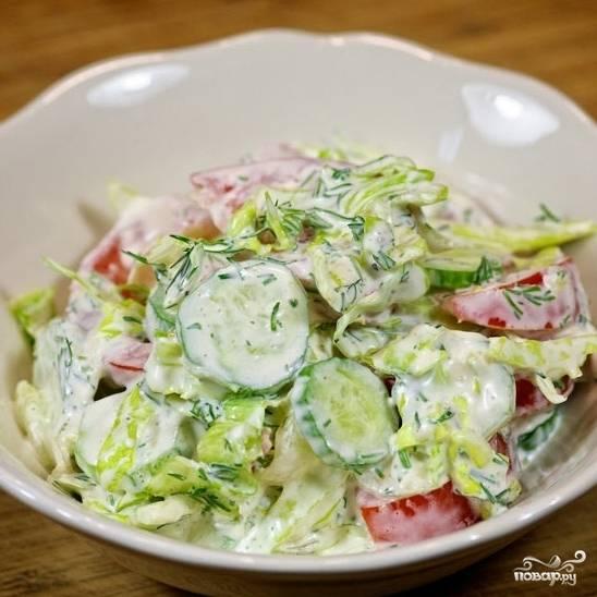 Салат из помидоров и огурцов готов. Приятного аппетита! ;)