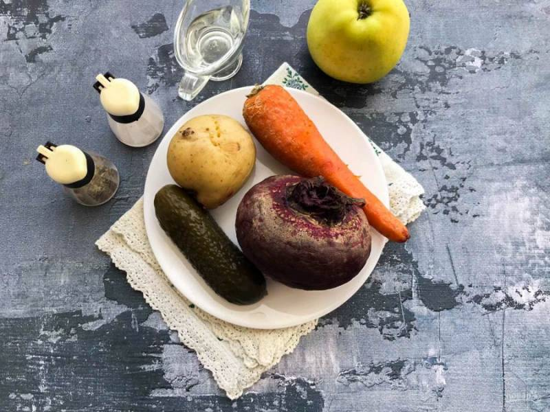 Подготовьте все необходимые ингредиенты для приготовления винегрета с яблоками. Картофель, морковь и свеклу отварите до готовности и дайте овощам полностью остыть.