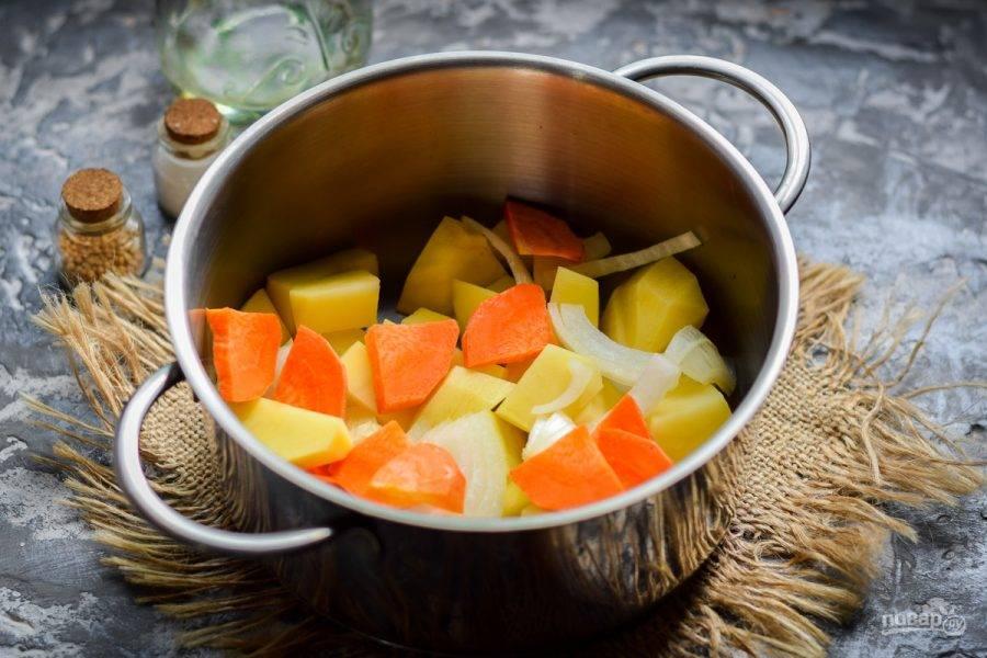 Выложите подготовленные овощи в кастрюлю, которая подходит по объему.