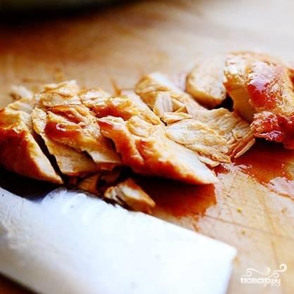 Куриное филе нарезаем на кусочки.