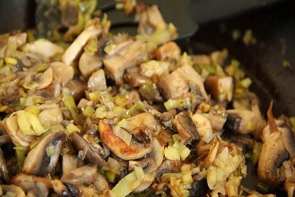 5. Минут через 10 огонь можно увеличить и поджарить грибы до появления золотистого оттенка. Затем снять сковороду с огня и немного остудить.