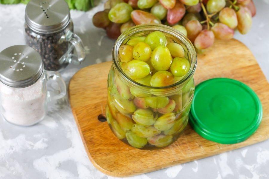 Вскипятите воду и залейте кипяток в емкость, сразу же накройте жестяной крышкой, но не закручивайте. Пропарьте виноград примерно 5 минут. Чем крупнее ягоды, тем больше времени для пропарки им необходимо.
