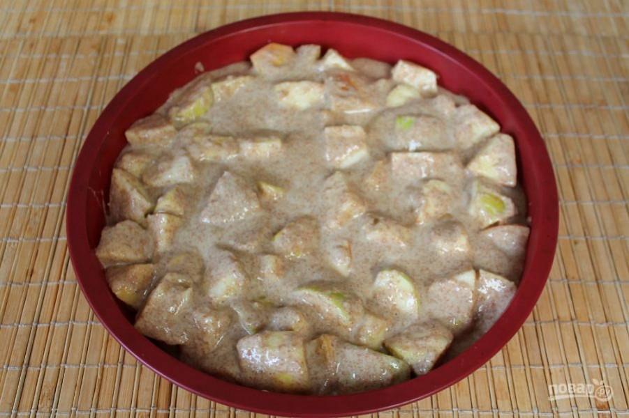 Тесто с яблоками перемешиваем и перекладываем в силиконовую форму. Отправляем форму в разогретую духовку. Выпекаем при температуре 190-200 градусов около 20-25 минут.