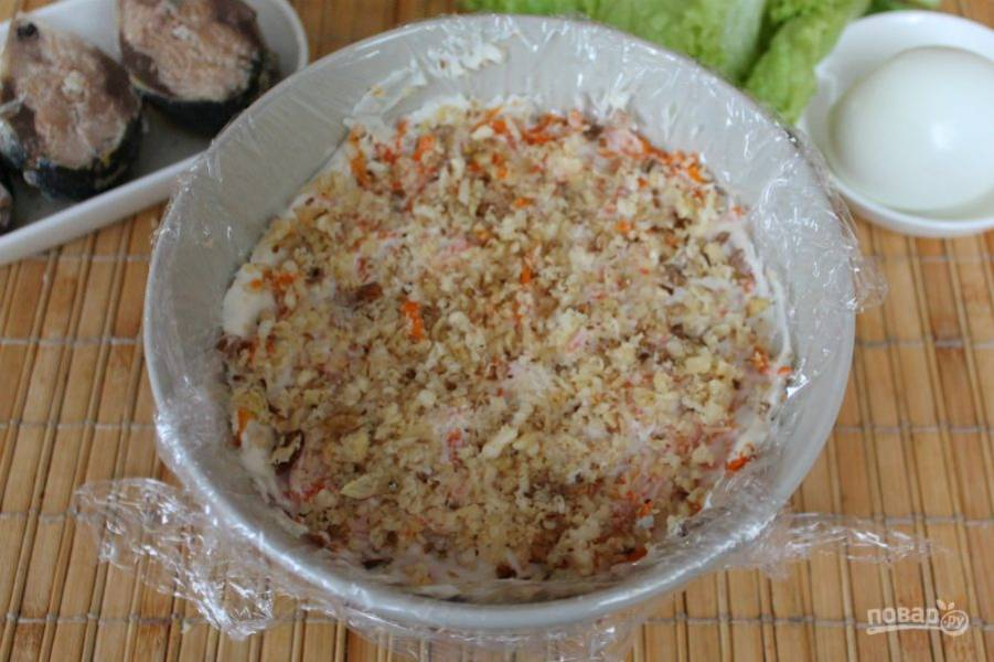 Далее, насыпаем измельченные орехи. По желанию, орехи можно перемешать с морковью и выложить одним слоем.