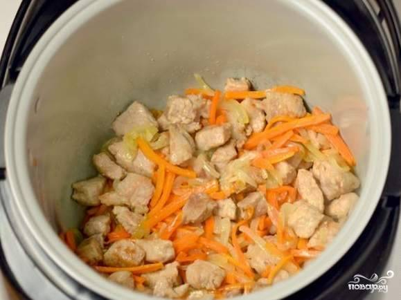 Добавляем мясо и , постоянно помешивая, жарим при открытой крышке до тех пор, пока мясо не начнет зарумяниваться.