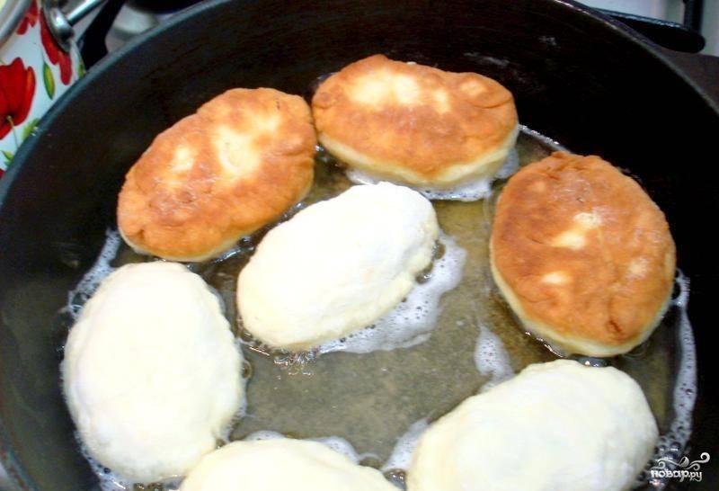 Налейте на сковородку растительное масло. Раскалите ее, обжаривайте пирожки во фритюре с обеих сторон по несколько минут.