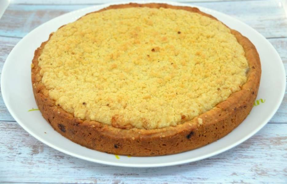 Когда пирог полностью остынет, переложите его на тарелку.