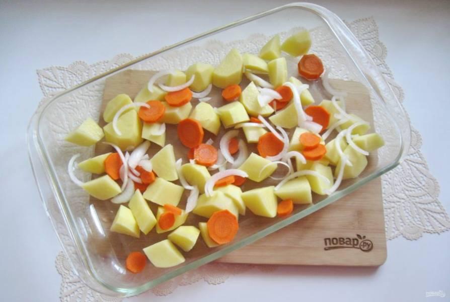 Морковь и лук очистите, помойте и нарежьте. Добавьте к картофелю.