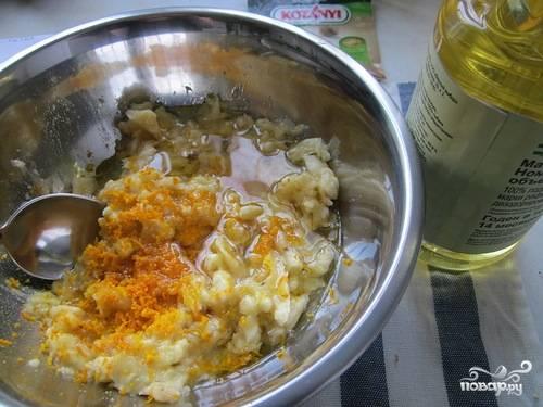 4. Всыпьте сахар, щепотку соли, гашеную соду. Также добавьте немного ванилина. Влейте растительное масло без запаха и воду.