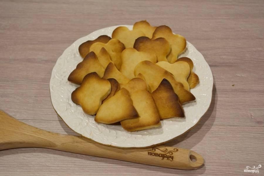 Разогрейте духовку до 180 градусов. Выпекайте печенье в духовке около 12-15 минут. Печенье приобретет характерную румяность. Это знак того, что оно готово.
