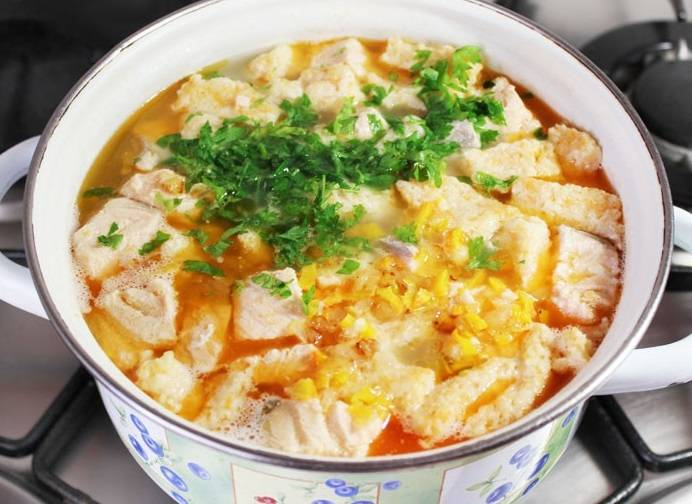Затем кладем в суп зажарку и варим все около 10 минут до готовности клецких. В конце солим, перчим по вкусу, добавляем нарезанную мелко зелень. Выключаем огонь, накрываем крышкой и даем постоять супу около 15 минут. Готово.
