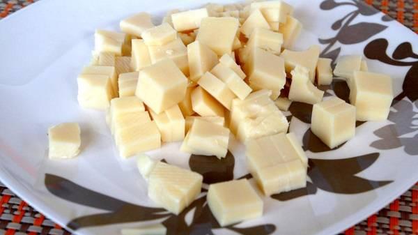 3. Сыр нарезать небольшими кубиками. Использовать можно абсолютно любой сыр, который есть под рукой.