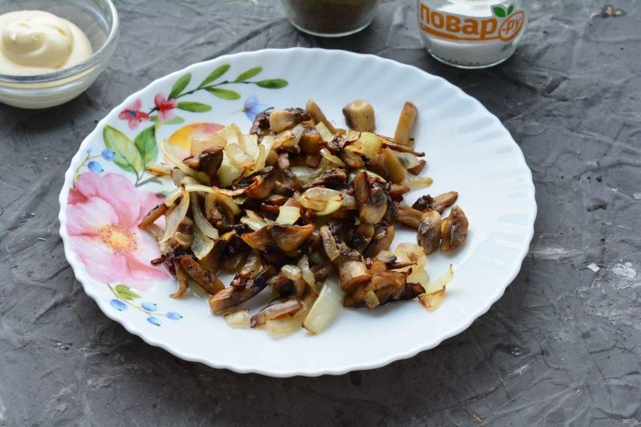 Обжарьте лук с грибами 6-8 минут в сковороде с маслом, добавьте специи по вкусу. Грибы остудите, выложив на тарелку.