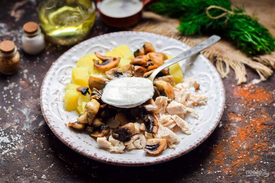 Заправьте салат майонезом или сметаной, посолите и поперчите. Перемешайте все и подавайте к столу.