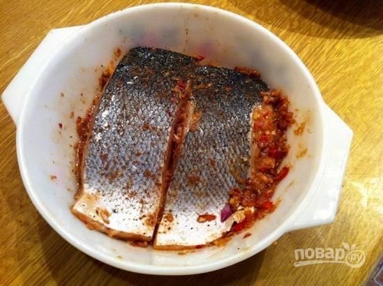 Выкладываем получившуюся массу в жаропрочную посуду, а сверху выложим рыбу и вдавим ее в соус. Отправим запекаться в разогретую до 220 градусов духовку на 15 минут.