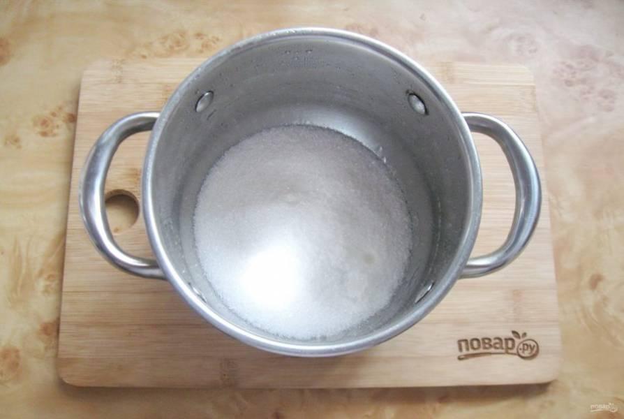 Сварите сироп для джема. В кастрюлю насыпьте сахар.