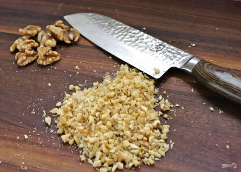 Тем временем измельчите орехи (можно с помощью ножа или в блендере), только не сильно мелко.