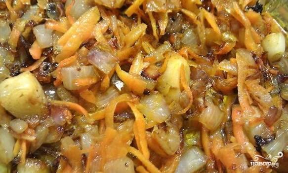 В сковороду с маслом в котором жарилось мясо выложить подготовленные лук и морковь. Обжарить до золотистого цвета.