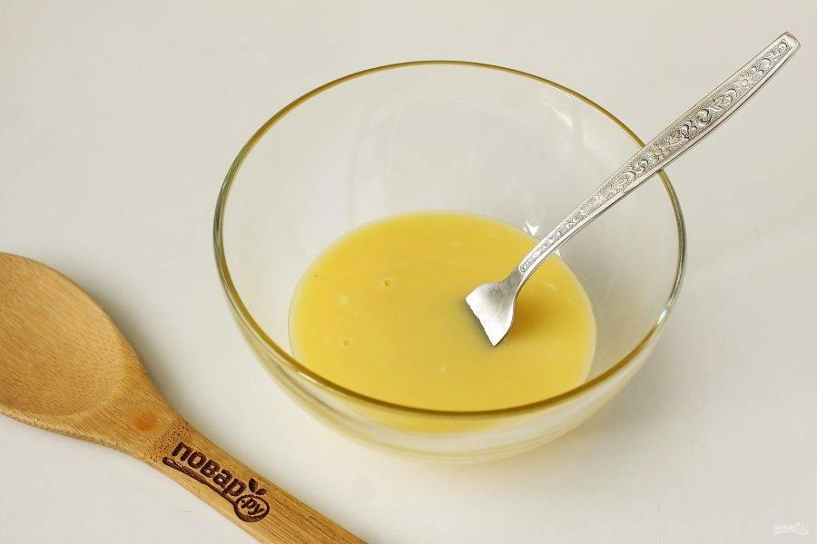 Желтки перетрите с сахаром и ванилином. Добавьте растопленное сливочное масло (масло предварительно охладите).