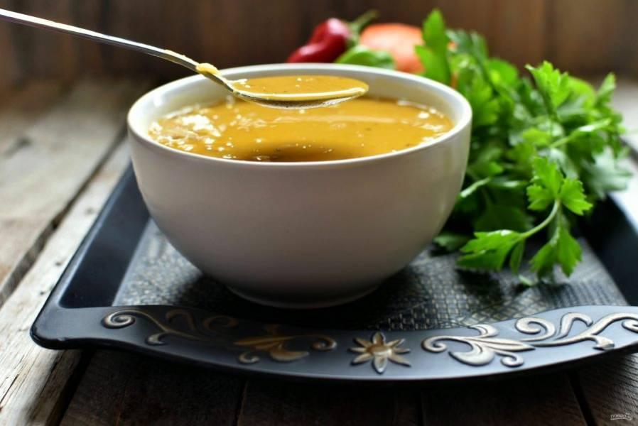 Подавайте суп горячим, со свежей зеленью и острым перцем.