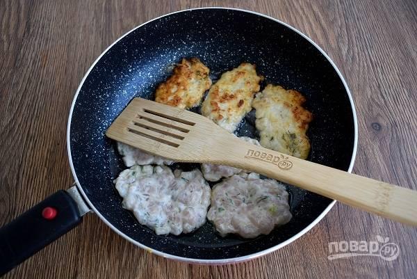 Разогрейте на сковороде масло. Выкладывайте тесто столовой ложкой, разровняйте плоские оладушки. Обжарьте с двух сторон до румяности.