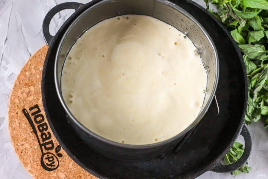 Форму для выпекания смажьте растительным или сливочным маслом, вылейте в нее приготовленное тесто и сразу же поместите его в духовку. Не увеличивайте и не уменьшайте температуру техники!