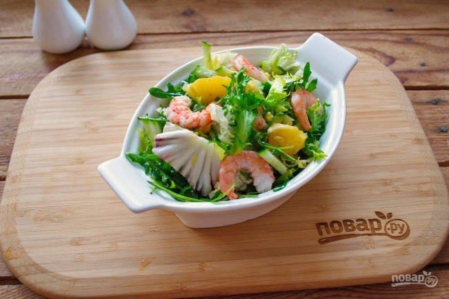 5. Смешайте немного растительного масла, 0,5 ч. ложки горчицы с зернами и немного соли, сахара. Отварите креветки. Очистите и заправьте полученной заправкой еще горячими.  Теперь креветки остудите и добавьте в салат. Перемешайте. Салат выложите в салатник.