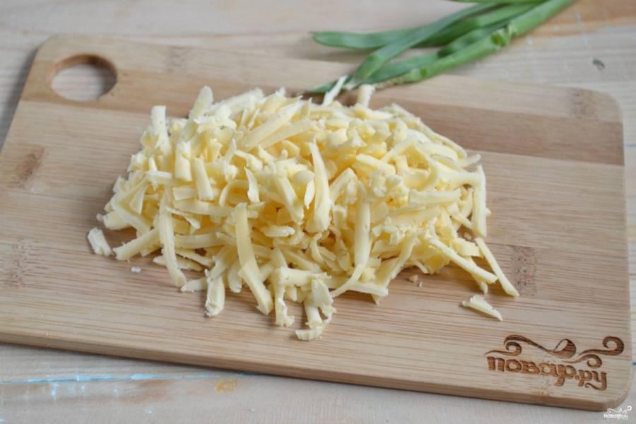 Сыр натрите на терке. В идеале для приготовления хачапури используется сыр сулугуни, но можете взять другой соленый сыр.