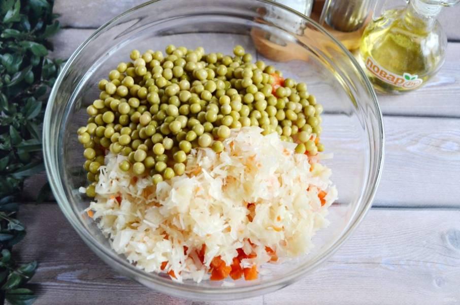 4. Квашенную капусту порубите мелко, добавьте ее в салатник, туда же горошек консервированный.