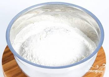 В другую тарелку просейте муку через сито и смешайте её с содой.