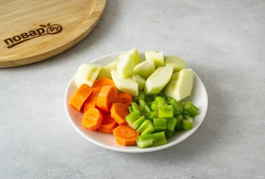 Яблоко очистите от кожуры, вырежьте сердцевину, нарежьте ломтиками. Стебель сельдерея помойте, при необходимости овощечисткой срежьте толстые волокна. Морковь очистите от кожуры, нарежьте кружочками.