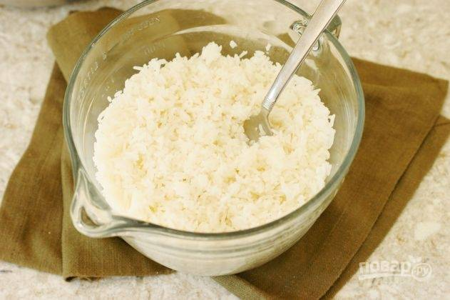 Рис лучше приготовить заранее, с вечера, чтобы ночь он простоял в холодильнике и отдал лишнюю влагу. Так жареный рис получится рассыпчатым и не клейким.