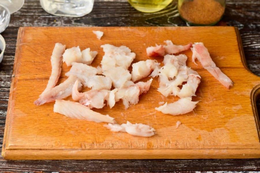 Очистите рыбу и нарежьте готовое филе кусочками.