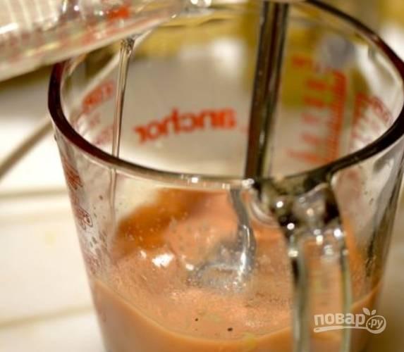 6.Смешайте красный винный уксус с черным молотым перцем и дижонской горчицей. Взбивайте и тонкой струйкой вводите растительное масло.