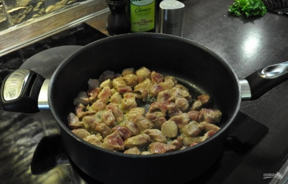 1.Мясо мою, вытираю бумажным полотенцем и нарезаю небольшими кусочками. В сотейник наливаю оливковое масло, обжариваю мясо до появления румяной корочки, перекладываю со сковороды и убираю в теплое место.