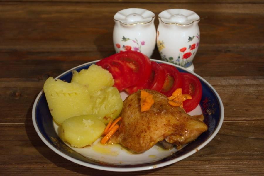 Разогрейте духовку до 220 градусов. Запекайте курицу в духовке 45 минут, накрыв форму с курицей фольгой. Так курица хорошо проготовится, морковка протушится. Готовую курицу подайте к столу с любым гарниром.