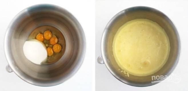 4. Яйца соедините с оставшимся сахаром и взбейте.