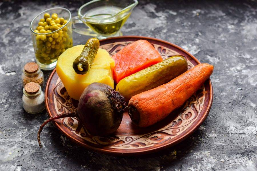 Подготовьте все ингредиенты. Картофель, морковь и свеклу предварительно отварите или запеките в фольге.