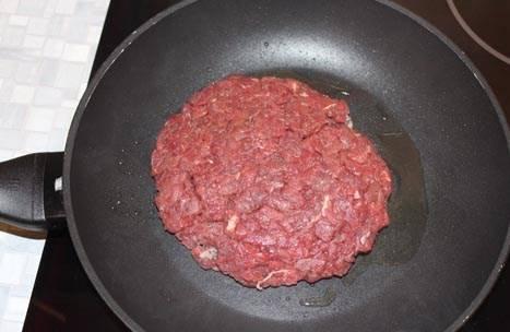 """Раскаляем на сковороде небольшое количество оливкового масла, и выкладываем наш бифштекс на сковороду. Внимание! Крайне важно не выкладывать бифштекс на холодную сковороду! Все можно испортить! Нужно, чтобы после помещения мяса на горячую поверхность, оно """"запечаталось"""", поэтому температура должна быть соответствующей."""